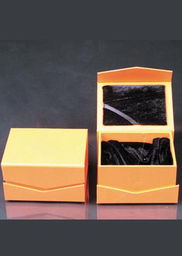 金色黑丝绒盒